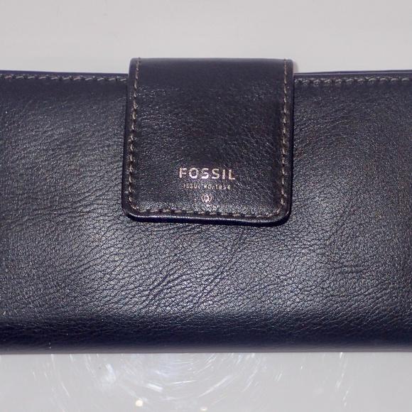 Fossil Handbags - Fossil Women's Flat Slim Tab Wallet Black Like NEW